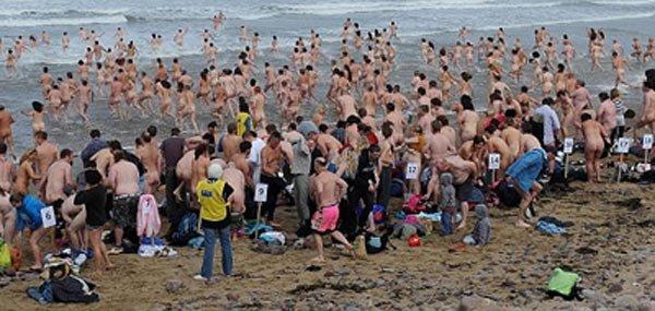 Британские нудисты поставили новый рекорд: 400 активистов массово бросились