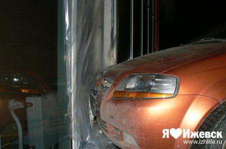 В Ижевске машина въехала в стену гипермаркета  на Новоажимова