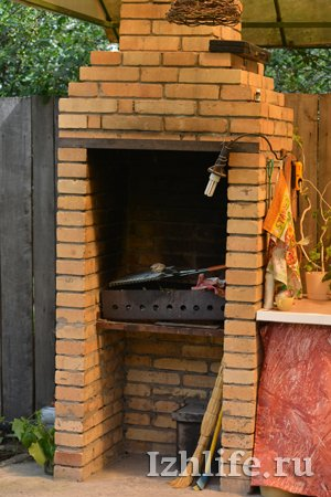 Как сделать мангал из кирпича с крышей