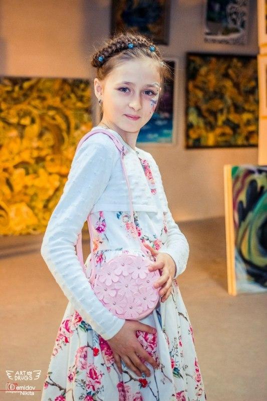 голая малолетка стоит раком: