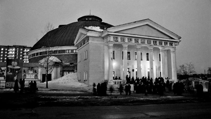 В основе проекта ижевского             цирка – здание первого в России каменного цирка Чинизелли в Петербурге, выстроенное еще в 1877 году. Правда, наш цирк             был дополнен портиком с барельефами, изображающими акробатку и укротителя.