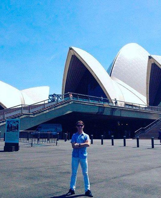 Петр Овчинников у здания Сиднейской оперы