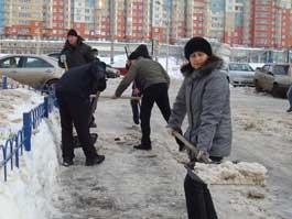Ижевчане сами разгребают снежные завалы во дворах