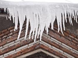 В Петербурге упавшая глыба льда убила ребенка