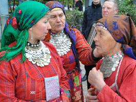 «Бурановские бабушки» подарили Вячеславу Добрынину бальзам из Удмуртии