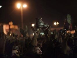 Хосни Мубарак отказался уходить в отставку, но передал часть полномочий вице-президенту