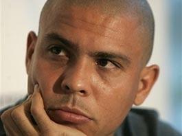 Бразильский футболист Роналдо объявил о завершении карьеры
