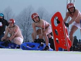 В Германии устроили чемпионат по катанию на санках в трусах