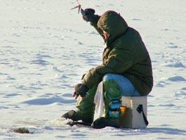 В Удмуртии прямо на льду спасатели оживили рыбака