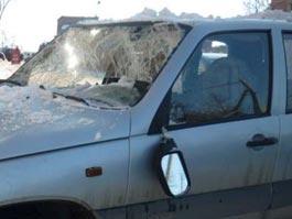 В Ижевске упавший с крыши снег повредил несколько автомобилей