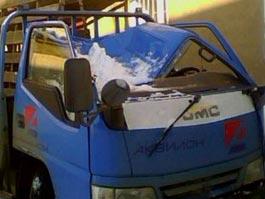 В Ижевске водитель вышел из машины за секунды до того, как ее расплющило снегом