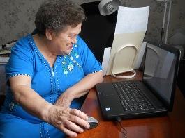 80-летняя ижевчанка подключилась к Интернету и созванивается со своим внуком по «скайпу»