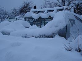 У ижевских дачников под тяжестью снега попадали теплицы