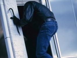 В Ижевске разбойник-рецидивист со своей девушкой обчистил дом мужчины прямо на его глазах