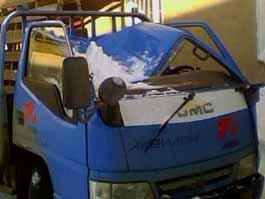 Глыба снега и льда, упавшая с крыши офисного здания, повредила сразу 5 автомобилей