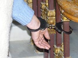 Пенсионерка из Удмуртии приковала себя к зданию МВД России