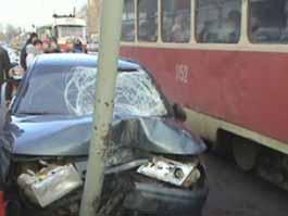 В Ижевске в час пик на трамвайную остановку вылетела легковушка