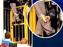 Футбольный скандал: Роберто Карлосу показали банан