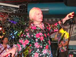 Олег Скрипка из группы «Вопли Видоплясова» закружил в танце ижевчанку