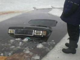 На Байкале под лед провалился автомобиль: один человек погиб