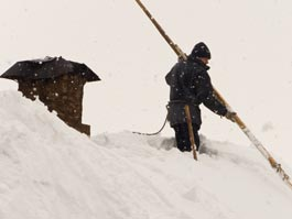 Житель Удмуртии, убирающий снег с крыши администрации, упал и разбился