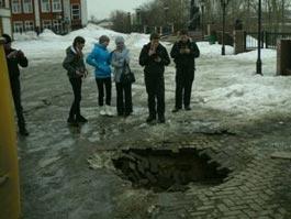 Ямы на площади оружейников в Ижевске заделают ближе к маю