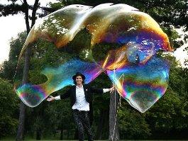 Фокусник из Канады поместил в мыльный пузырь 150 человек