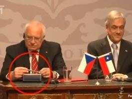 Президент Чехии украл ручку под прицелом видеокамер
