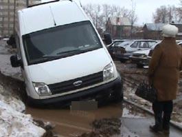 В Ижевске в яме «утонул» микроавтобус