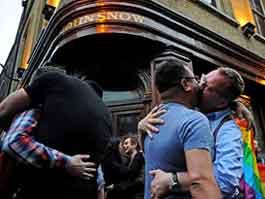 Британские геи протестуют поцелуями