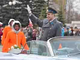 В Ижевске демонстрантов приветствовали Юрий Гагарин и космонавты