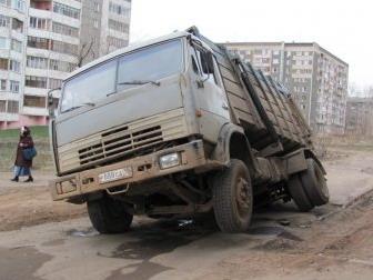 В Ижевске провалился очередной автомобиль