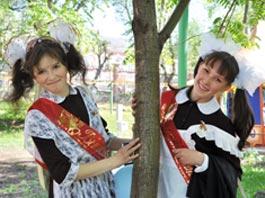 Последний звонок в Ижевске: выпускники катаются на каруселях, теплоходах и … лимузинах!