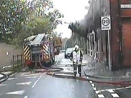 Британский пожарный чудом спасся, отойдя на шаг от рушащегося дома