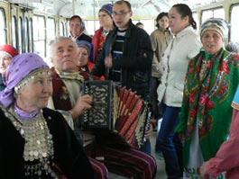 Коллектив бабушек устроил шоу в трамваях Ижевска