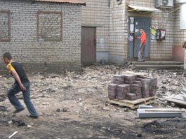 Из-за ремонта дороги жители одного из ижевских домов уже неделю скачут через ухабы