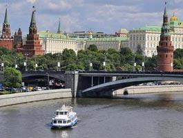 На Москве-реке баржа протаранила теплоход с выпускниками