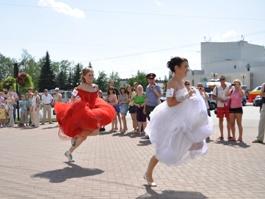 В День Молодёжи ижевские невесты будут заправлять полные баки и танцевать с прохожими