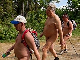 В Германии по ходу пути туристов-нудистов скосили всю крапиву