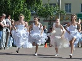 90 невест пробежали по Ижевску в День Молодёжи