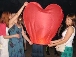 Романтическая вечеринка на пляже: ижевчане выпустили в небо несколько десятков фонариков
