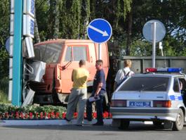 В Ижевске водитель КАМАЗа снес щит с ценами на бензин на автозаправке