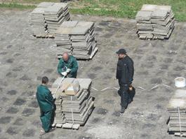 У администрации Ижевска сняли тротуарную плитку