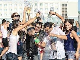 Ижевская молодежь устраивает массовое обливание на Центральной площади