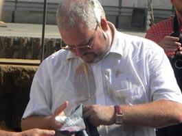 Главного археолога Москвы облили майонезом и закидали яйцами
