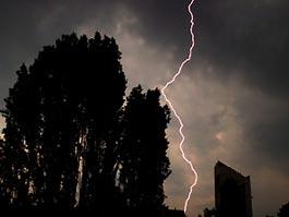 На Москву обрушилась мощная гроза, в 3 человек ударила молния