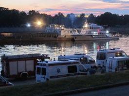 На Москве-реке после столкновения с баржей затонул катер
