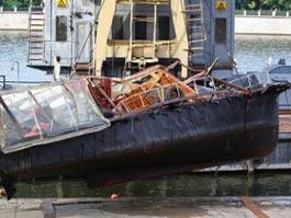 Затонувший катер подняли со дна Москвы-реки, одного погибшего ищут