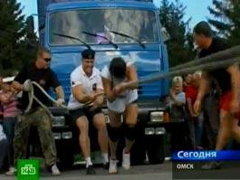 Хрупкая девушка протащила «КамАЗ» на 11 метров