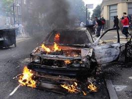 В Англии беспорядки начались еще в трех городах